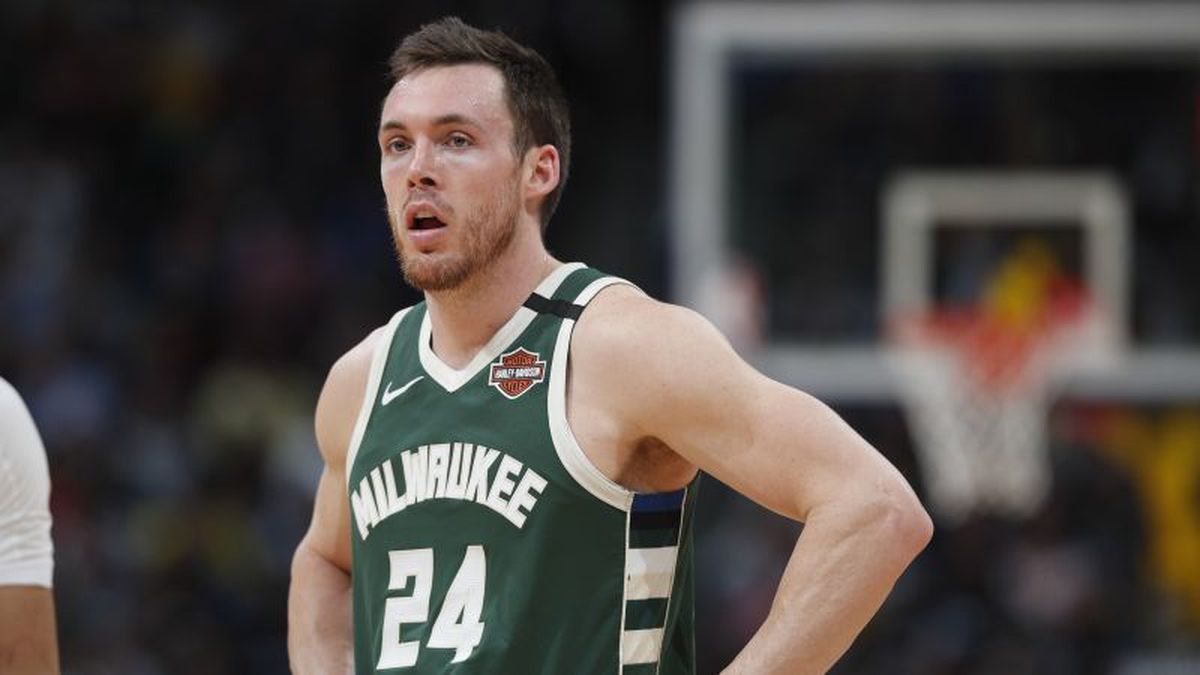 Milwaukee Bucks guard Pat Connaughton (24) in the first half of an NBA basketball game Monday, March 9, 2020, in Denver. (AP Photo/David Zalubowski)