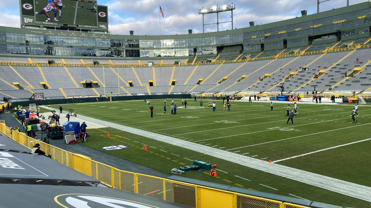 Packers and Eagles take the field at Lambeau