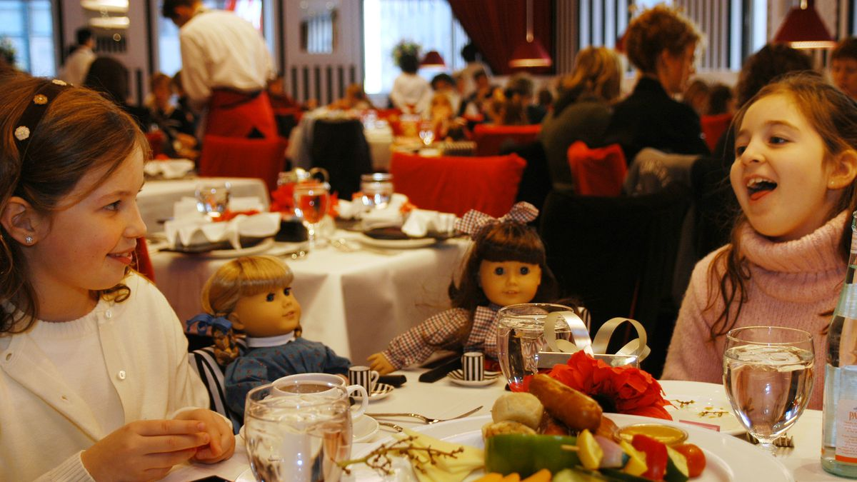 Ashley Modell, 8, left, and Samantha Pittel, 9, both of Alpine, N.J., have lunch with their...