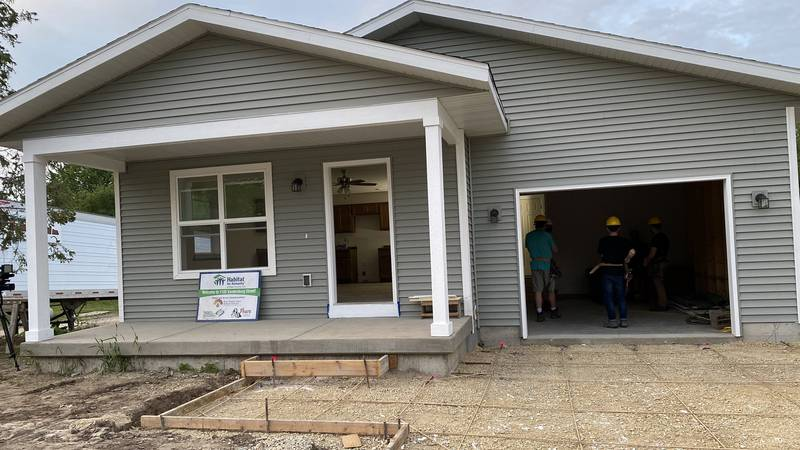 Students work with Habitat for Humanity to build homes in Sun Prairie